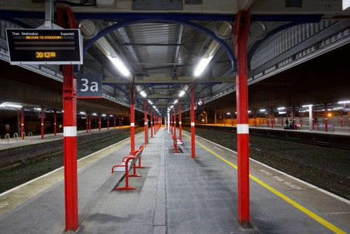 Armature industrielle LED dans la gare de Stockport, Royaume-Uni