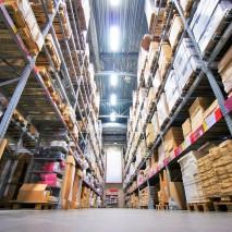 Luminaires industriels LED de hauteur dans les entrepôts à Munich, Allemagne