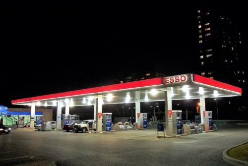 Éclairage extensif à LED dans le station d'essence à Bruxelles, Belgique
